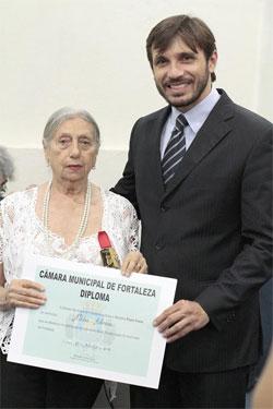 Nildes recebe do vereador Guilherme Sampaio Medalha Paulo Freire
