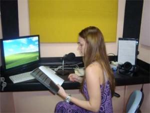 Christiane Blume em uma cabine de gravação