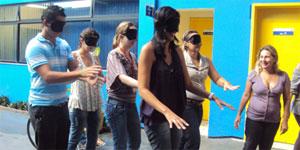 Participantes tiveram olhos vendados em simulação
