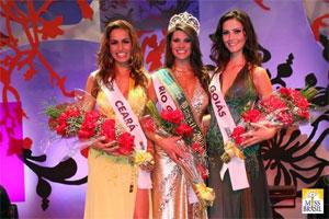 Vanessa (à esq) na premiação do Miss Brasil 2008