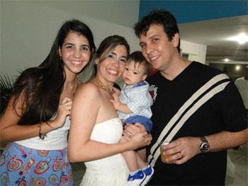 Gislenne com o filho, o marido e a filha Gislley