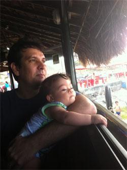 João descansa no colo do papai, João Menegazzo
