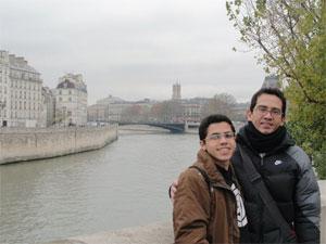 Henrique e o filho Ravi, na França