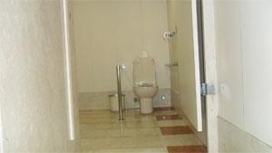 Vaso sanitário com uma barra lateral que impede a transferência