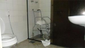 Cadeira de banho dentro do box apertado