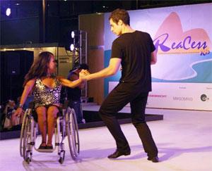 Alessandra se apresenta com seu parceiro José Guilherme