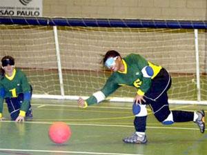 No goalball, a bola possui um guizo, cujo som orienta os jogadores