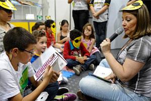 Escritora Simone Pedersen lê uma das histórias para as crianças na bienal de São Paulo