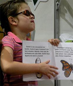 Criança com o livro O Lanterna no lançamento em São Paulo