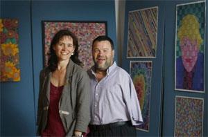 Tom Yendell e sua esposa Lucy com uma amostra de seu trabalho