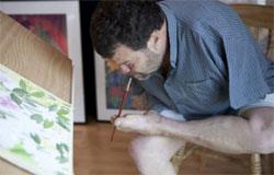 O artista usa dentes, língua, lábios, cabeça e pés para criar suas obras
