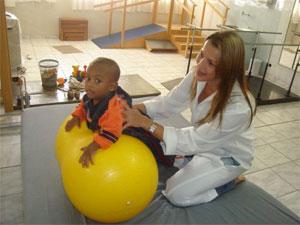 Crianças com paralisia cerebral têm sua condição melhorada com fisioterapia