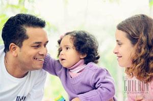 Casal Diego e Renata brincam com sua pequena Sarah