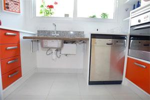 Cozinha com tampo da pia ajustável, forno em altura para cadeirante e espaço para manobras