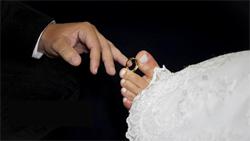 Caroline usou os pés para colocar a aliança no dedo do noivo; a sua, ela carrega em uma corrente no pescoço