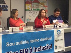 Fátima Dourado (à dir) participa de seminário na Assembléia Legislativa do Estado do Ceará sobre autismo