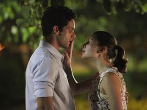 Linda e Rafael trocam o primeiro beijo, gerando a prisão do rapaz por 'abuso de incapaz'