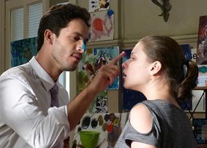 O casal brinca na casa de Linda com tintas e pinturas, incentivando a carreira artística da moça