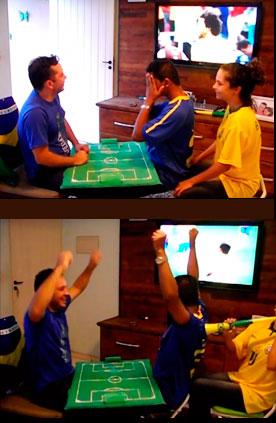 Os dois extremos: em cima, Carlos se desespera com o gol da Croácia; em baixo, vibra com o gol brasileiro