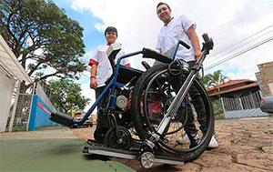 Estudantes de mecatrônica criam cadeira de rodas com rampa acoplada em Franca, São Paulo