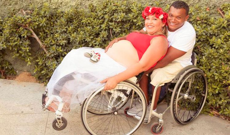 Leni grávida é abraçada pelo marido