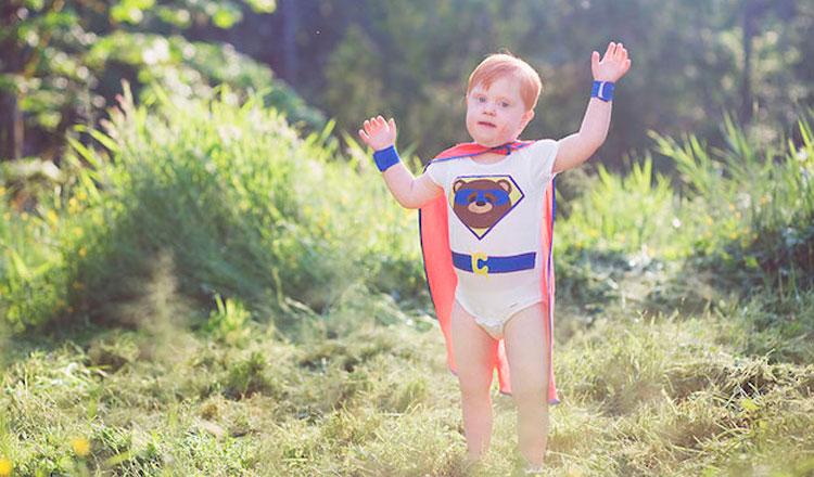 Cody vestido de super herói no campo