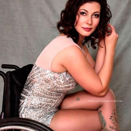 Mulher em uma cadeira de rodas, de pernas cruzadas