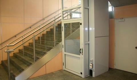 Uma escada e, ao lado, um elevador