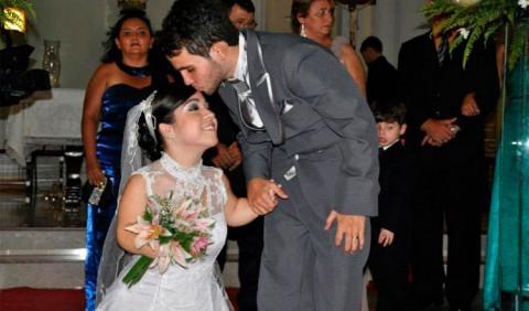 Noivo beija a testa da noiva ao final do casamento