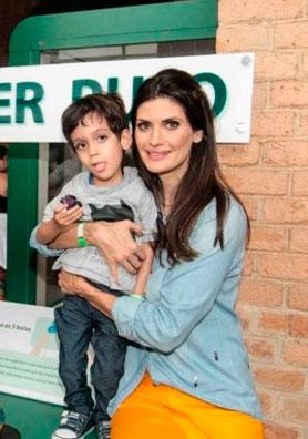 Uma mulher sentada abraçada a um garotinho em seu colo