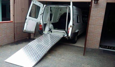Furgão Fiorino visto por trás, com uma grande rampa para entrada da cadeira de rodas