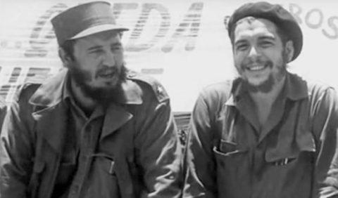Foto em preto e branco de dois homens jovens, barbados, com uniforme militar.