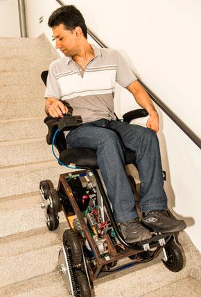 Homem em uma cadeira de rodas especial desce uma escada