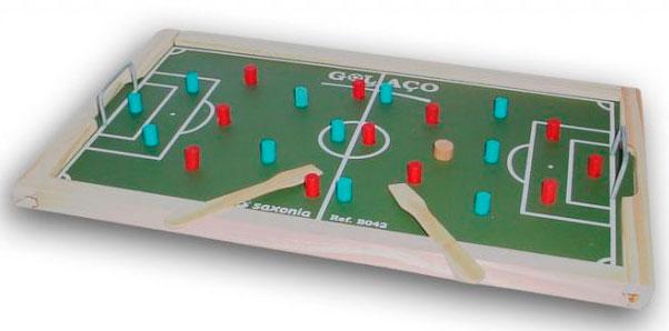 Campinho pequeno de futebol, feito de madeira, com os jogadores presos e imóveis, e dois palitos de picolé na borda