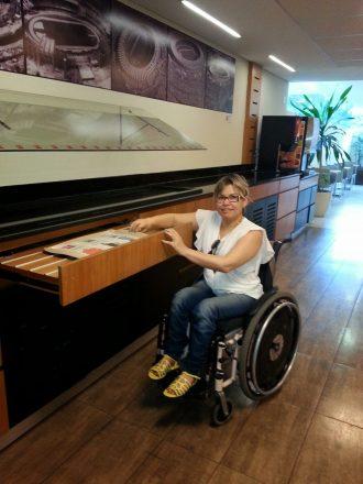 Mulher em cadeira de rodas em um hotel