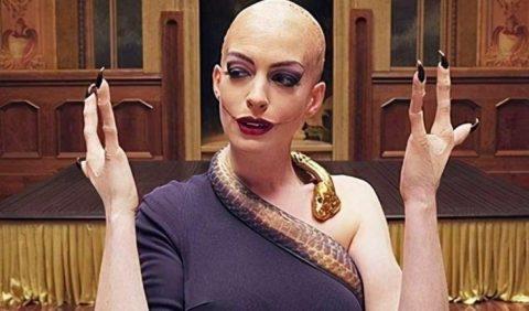 Imagem da personagem Grande Bruxa, careca, com um colar em forma de cobra no pescoço e mãos com apenas três dedos em cada.